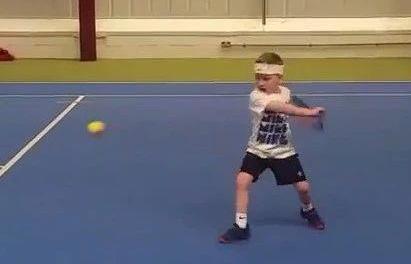 球场惊现五岁迷你费德勒,单反打得还真不错!