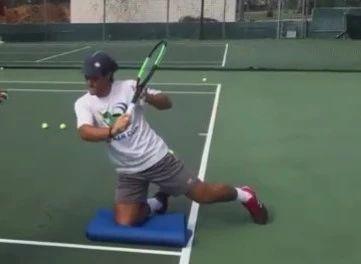 网球反手切削跪着练,稳!
