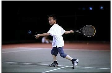 问答:让大人自叹不如的,八岁小朋友多角度标准网球挥拍动作