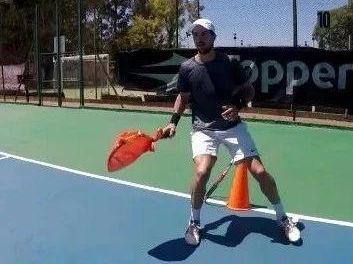 网球正手步法、体能、风阻球拍击球训练视频