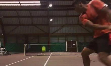 不同视角的网球快速挥拍正手击球