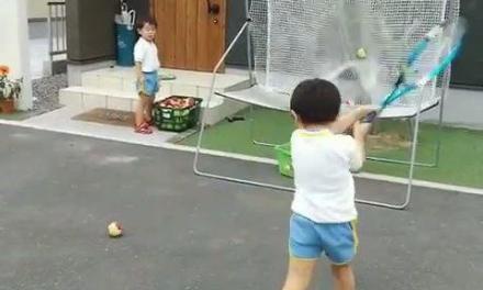 这五岁小孩的反手动作也太好了!