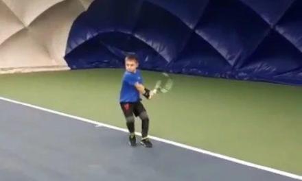 九岁小孩的底线击球超扎实!我输了……