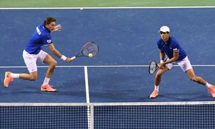 网球双打时该看哪儿?盯球,瞪对手,还是瞥队友?