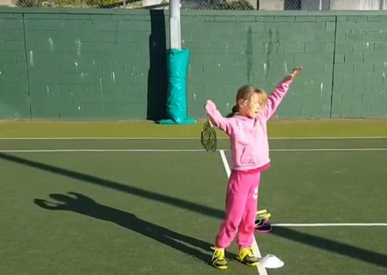 问答:超实用的三步骤,轻松教会小朋友网球发球
