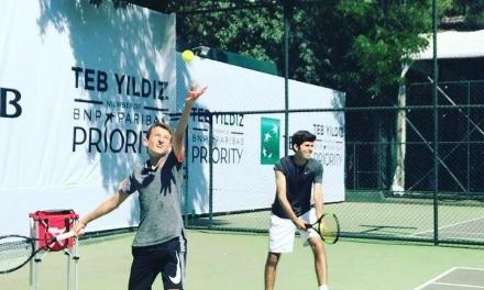 小视频:网球上步发球训练