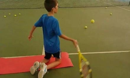 网球跪式底线上旋击球训练