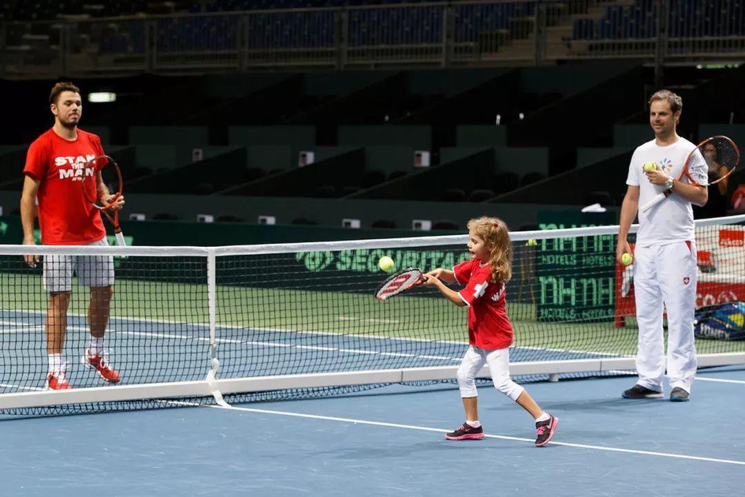 掌握网球小场击球的三个动作要领,退到底线才不虚!