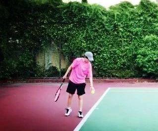 问答:对于提升网球发球攻击性,找一个朋友帮忙挠背很重要!