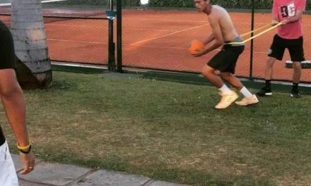 网球体能训练,使用阻力带进行实心球投掷