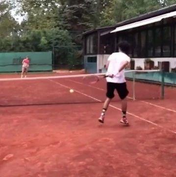 我还小别骗我……网球还能这样打??