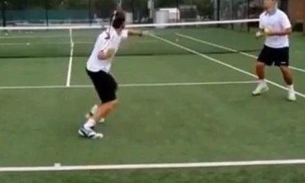 网球正手击球力量练习,凌空迎前抽击!