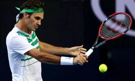 一个简单的抬肘动作,让你的网球反手截击远离下网!