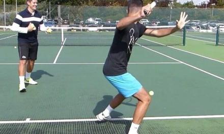 网球抛球向前移动击球训练