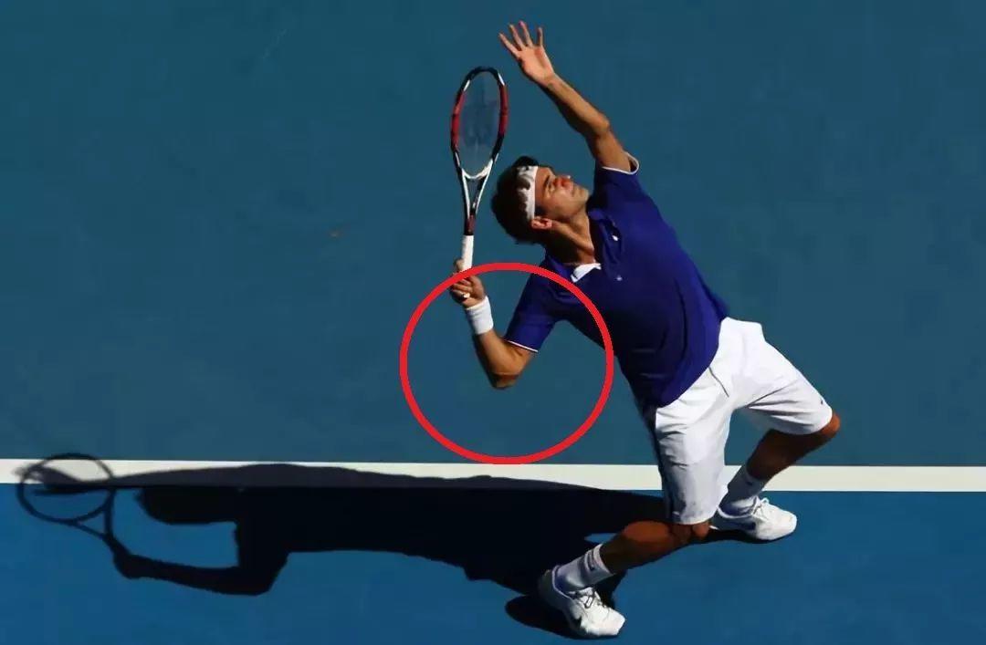 两个常见的发球肘部问题,小小改变让你发力更顺畅!