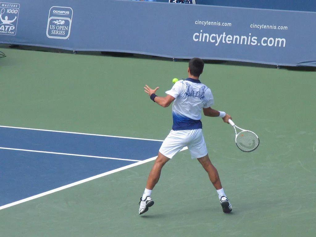 网球击球中动不动手腕?看懂这个你就明白了